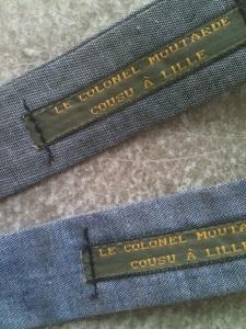 vue de l'etiquette colonel moutarde sur noeud papillon